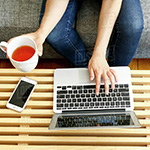 laptop op tafel met bank